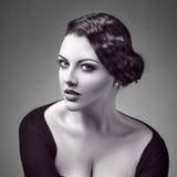 Rétro portrait de style de jeune belle femme Photos stock