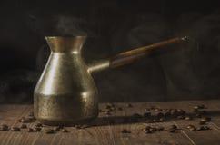 Rétro pot de café avec du café aromatique/rétro pot de café avec du café aromatique chaud sur une table en bois photo libre de droits