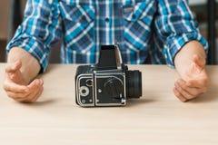 Rétro présentation professionnelle d'appareil-photo de photo Photographie stock