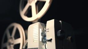 Rétro projecteur de film jouant dans la chambre noire Projecteur de film superbe antique démodé de 8mm projetant le faisceau de l banque de vidéos