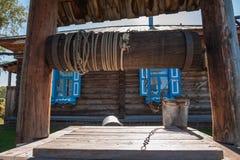 Rétro puits en bois dans le jardin images stock