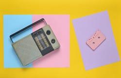 Rétro récepteur radioélectrique, cassette sonore sur un fond de papier coloré minimalisme Vue supérieure photographie stock libre de droits