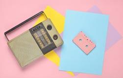 Rétro récepteur radioélectrique, cassette sonore sur un fond de papier coloré minimalisme Vue supérieure photos libres de droits