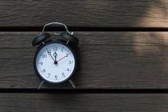 Rétro réveil avec cinq minutes à horloge de ` de douze o Photos stock