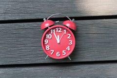 Rétro réveil avec cinq minutes à horloge de ` de douze o Image libre de droits