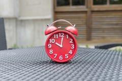 Rétro réveil avec cinq minutes à horloge de ` de douze o Photos libres de droits