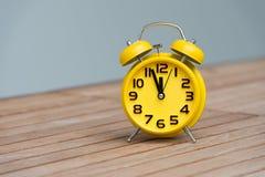 Rétro réveil avec cinq minutes à horloge de ` de douze o Photo libre de droits