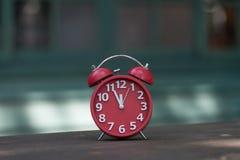 Rétro réveil avec cinq minutes à horloge de ` de douze o Photographie stock libre de droits