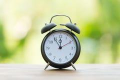 Rétro réveil avec cinq minutes à horloge de ` de douze o Images libres de droits
