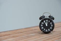 Rétro réveil avec cinq minutes à horloge de ` de douze o Image stock
