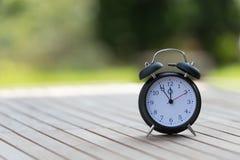 Rétro réveil avec cinq minutes à horloge de ` de douze o Images stock