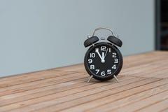 Rétro réveil avec cinq minutes à horloge de ` de douze o Photo stock