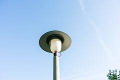 Rétro réverbère avec le style de vintage de fond de ciel bleu photographie stock