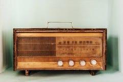 Rétro radio d'antiquité de radio de vinatge sur le fond de couleur en pastel photos stock