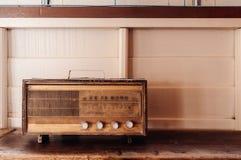 Rétro radio d'antiquité de radio de vinatge sur le fond en bois blanc photographie stock
