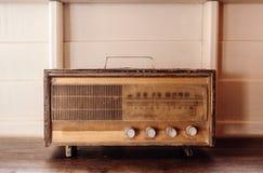 Rétro radio d'antiquité de radio de vinatge sur le fond en bois blanc photos stock