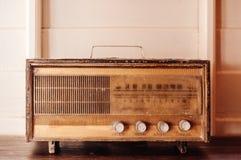 Rétro radio d'antiquité de radio de vinatge sur le fond en bois blanc image stock