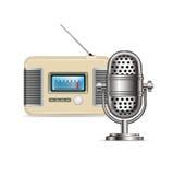 Rétro radio et microphone d'isolement Photos stock