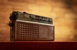 Rétro radio sur le fond de mur Image stock