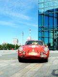 Rétro rassemblement Pékin vers Paris 2013, Kharkov, voiture rouge Photos libres de droits