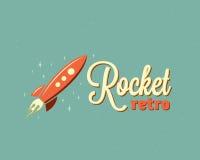 Rétro Rocket Abstract Vector Sign Emblem ou Logo Template Vaisseau spatial de bande dessinée dans le ciel avec des étoiles Typogr Photographie stock libre de droits
