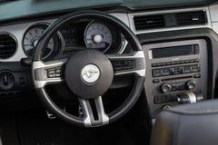 Rétro roue de voiture de Ford Mustang et tableau de bord Photos libres de droits