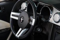 Rétro roue de voiture de Ford Mustang et tableau de bord Image libre de droits
