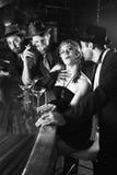 Rétro séance femelle au bar. Images stock