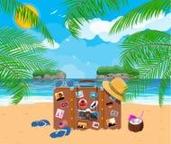 Rétro sac en cuir avec des autocollants sur la plage Photo libre de droits