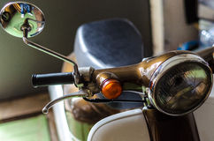 Rétro scooter dans le garage Image libre de droits
