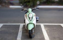 Rétro scooter de style dans le parking images stock