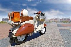 Rétro scooter de vintage sur le fond brouillé Images stock
