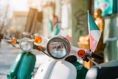 Rétro scooter sur la rue Image libre de droits