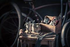 Rétro service de difficulté de vélo avec des outils, des roues et le tube photographie stock libre de droits