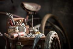Rétro service de difficulté de vélo avec des roues, des outils, et la correction en caoutchouc photos stock