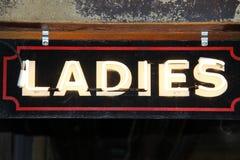 Rétro signe d'éclairage de dames vieux Image stock