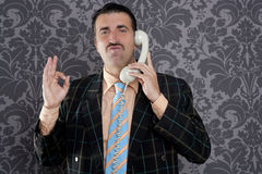 Rétro signe de main de geste d'homme bien heureux de téléphone Photos libres de droits