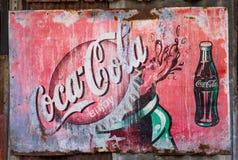 Rétro signe rouillé grunge de panneau en métal de Coca-Cola de vintage Images libres de droits
