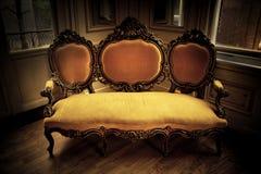 Rétro sofa de cru Photographie stock libre de droits