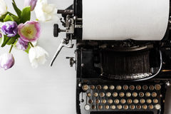 Rétro style ancien de machine de machine à écrire par la fleur de tulipes Images stock