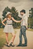 Rétro style de couples affectueux flirtant en parc Images libres de droits