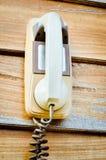Rétro téléphone blanc sur le mur en bois Photographie stock libre de droits