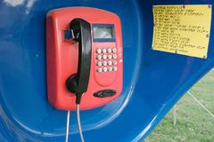 R?tro t?l?phone rouge dans la cabine images stock