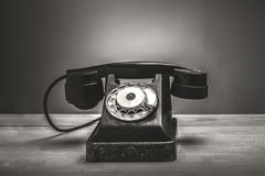 Rétro téléphone sur la table Photographie stock libre de droits
