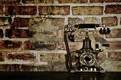 Rétro téléphone - téléphone de cru sur le vieux bureau Photo stock