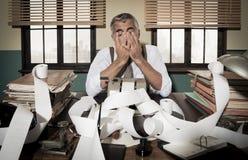 Rétro tête désespérée de comptable dans des mains Image stock
