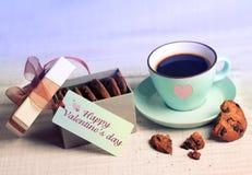 Rétro tasse de café de carte de Valentine et biscuits, fond actuel de boîte Photographie stock libre de droits