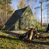 Rétro tente en feu de forêt et de camp Image stock