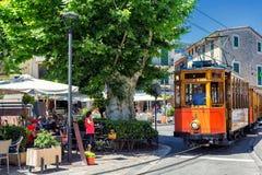 Rétro train célèbre pour des touristes allant de Palma de Mallorca à Soller, Espagne images libres de droits