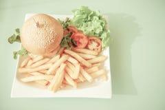 Rétro type Hamburger et pommes frites du plat blanc Images stock